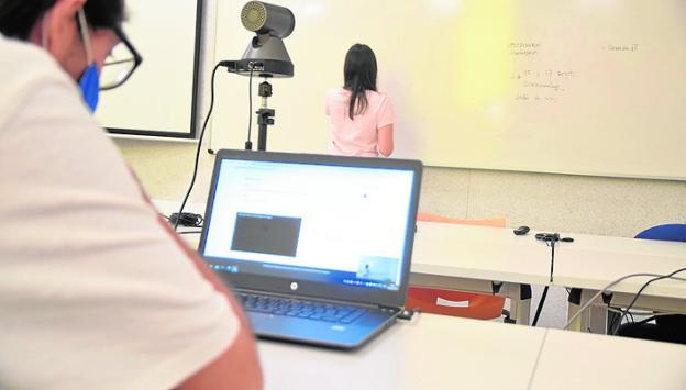 El profesorado de la US descontento con el modelo de docencia semipresencial